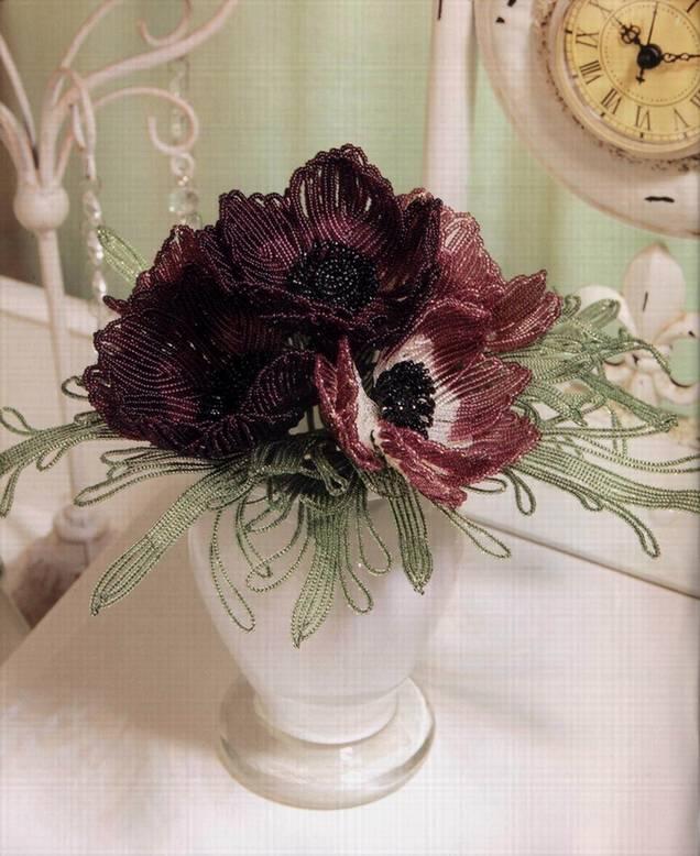 Красивый букет цветов анемонов, сплетенных из бисера.  Подробное описание работы и схема плетения.