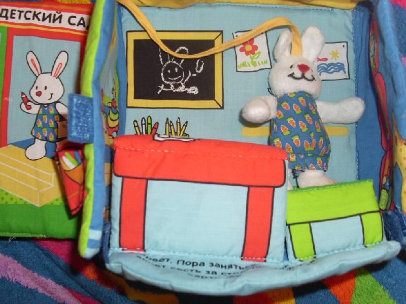 Иллюстрация 1 из 12 для В детском саду. Книжка-подушка   Лабиринт - книги. Источник: Мама папа читают