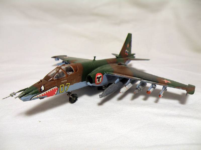 Иллюстрация 1 из 3 для 7227/Советский штурмовик Су-25   Лабиринт - игрушки. Источник: Деменков  Евгений