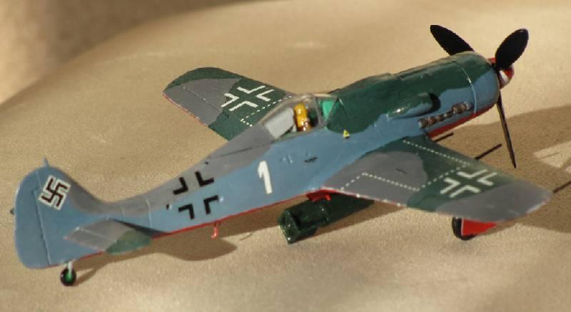 Иллюстрация 1 из 5 для 7210/Немецкий истребитель Фокке-Вульф FW-190 D-9 | Лабиринт - игрушки. Источник: Захарова  Галина