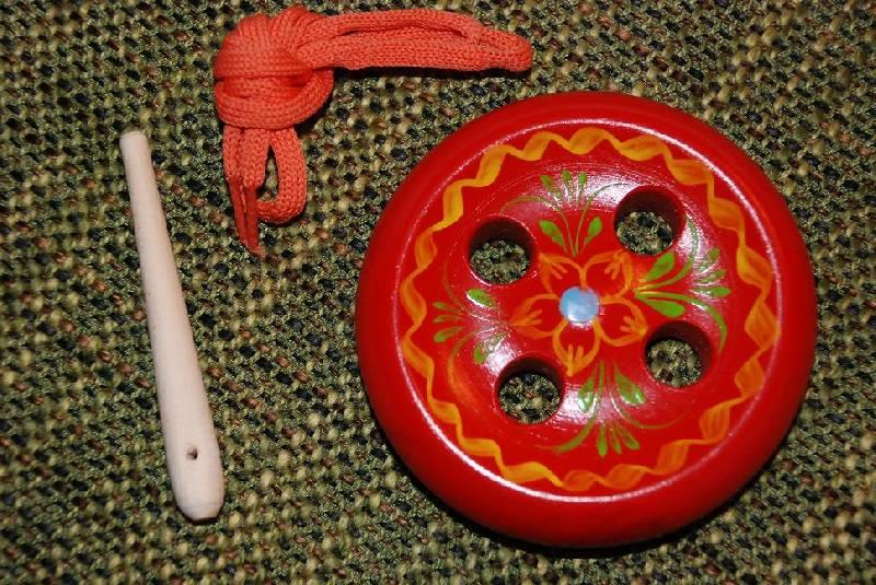 Иллюстрация 1 из 3 для Пуговица-шнуровка (4 дырки) | Лабиринт - игрушки. Источник: Дорошева  Екатерина