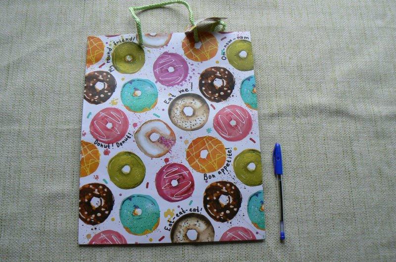 """Иллюстрация 2 из 6 для Пакет бумажный """"Пончики"""" (26х32,4х12,7 см) (76579)   Лабиринт - сувениры. Источник: Лидия"""