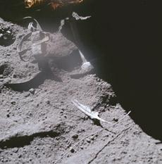 Такой снимок может сделать каждый. Самый настоящий молоток и самое настоящее перо как доказательство полета на Луну (снимок НАСА)