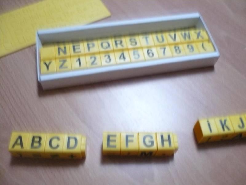 Иллюстрация 1 из 3 для Первое пособие для обучения письму, чтению и счету на английском. Умные кубики + Тренажер для письма   Лабиринт - игрушки. Источник: Домбиблиотека